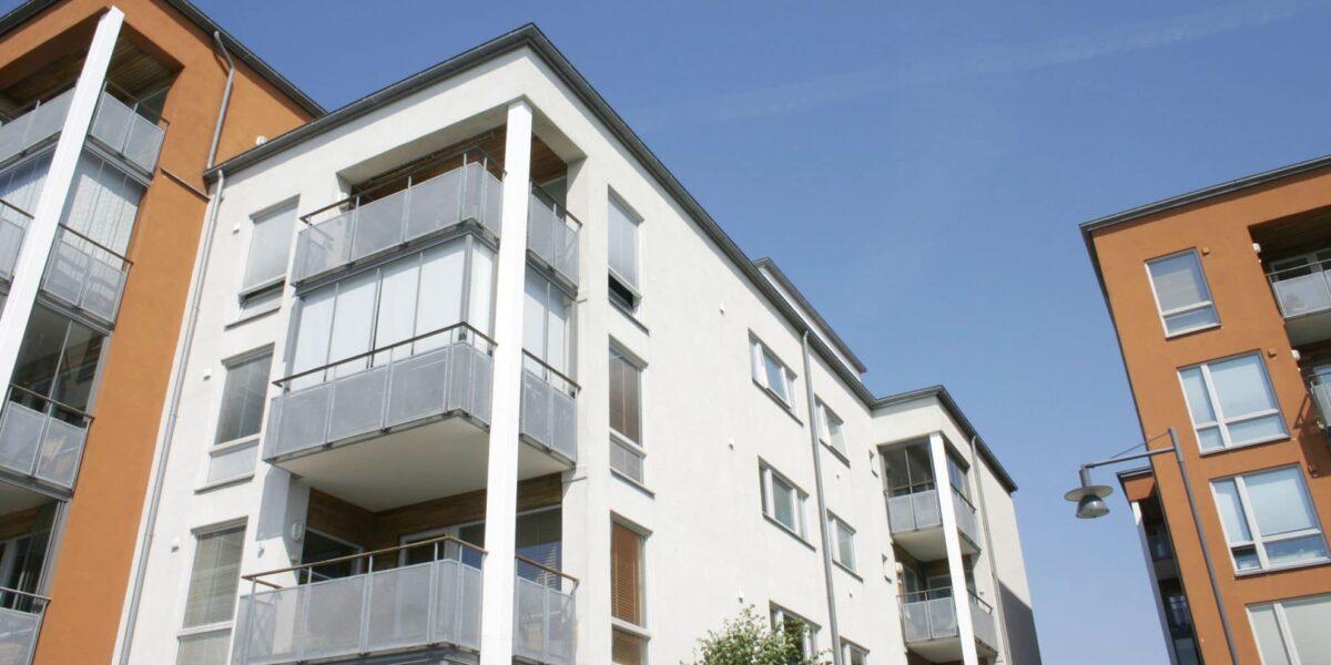 Fasad på flerfamiljshus i bostadsrättsförening
