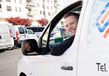 Låstekniker i servicebil på väg till låsöppning.