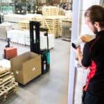 En säkerhetstekniker monterar en övervakningskamera i en lagerlokal.