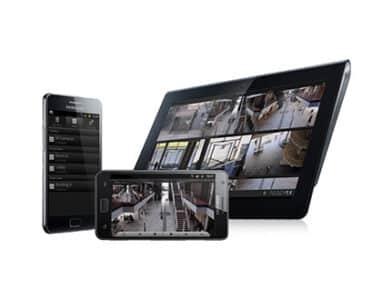 Mobiltelefon och surfplatta som visar flöden från övervakningskameror | SafeTeam