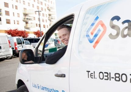 SafeTeam-tekniker i servicebil.