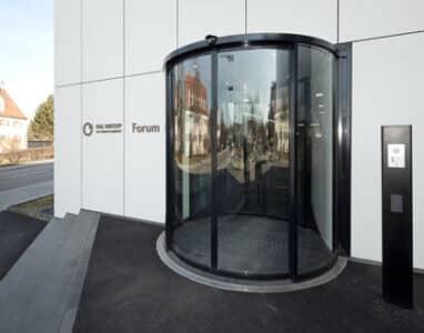Karuselldörrar som styrs med dörrautomatik från Geze.