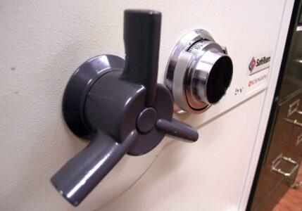 Dörr och lås på ett kassaskåp från Rosengrens.