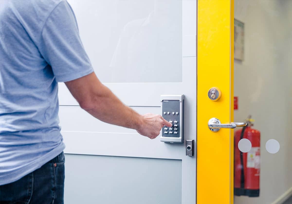 Kodlås är en enkel säkerhetsåtgärd för exempelvis kontorsdörrar eller trapphus.