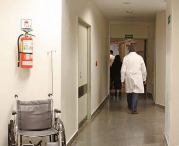 Brandsläckare i sjukhuskorridor.