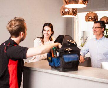 Säkerhetstekniker besöker kunder på ett kontor.
