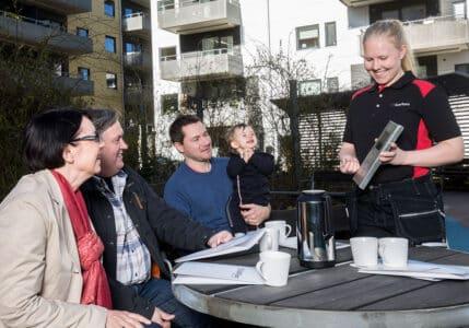 Tekniker från SafeTeam visar styrelsen i en bostadsrättsförening en passersystemsläsare.