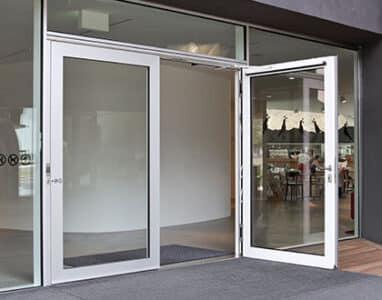 Dörr som öppnas med slagdörrsautomatik från Geze.