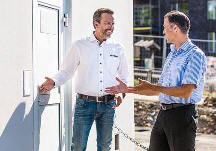 SafeTeam-anställd visar säkerhetslösningar på platsbesök på en byggarbetsplats.
