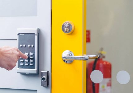 Dörr med ASSA lås och Axema kodlås.