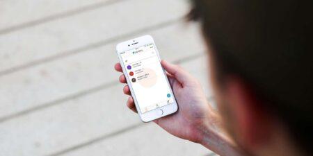 Digitala dörrlås låser upp med mobilen.
