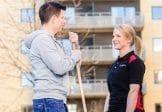 Fastighetsskötare och låstekniker utanför hyreshus