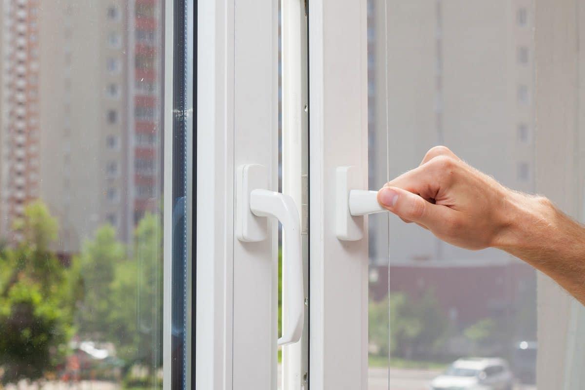 En spanjolett är en låsskena som kan användas i altandörrar, balkondörrar och fönster.