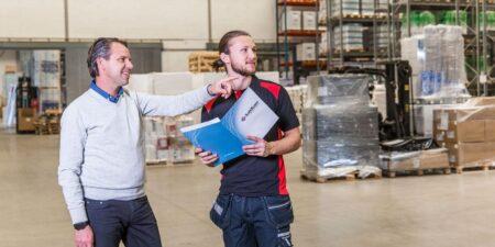 Nöjd kund pratar med tekniker från SafeTeam