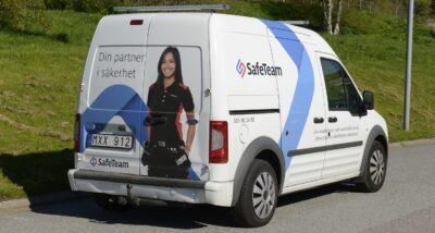 Kvinnlig tekniker på servicebil