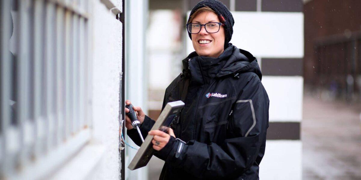 SafeTeams tekniker installerar passersystem