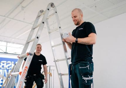 Tekniker installerar brandvarnare med wifi