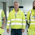 Tekniker inom dörrautomatik på flygplats.